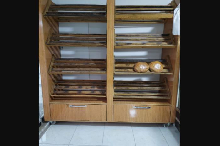 çekmeceli ahşap ekmek dolabı temiz fırın reyonu